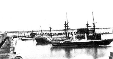 Foto del vapor de ruedas Antonio de Ulloa, detrás fragata acorazada Tetuán. Colección de don José Lledó Calabuig.
