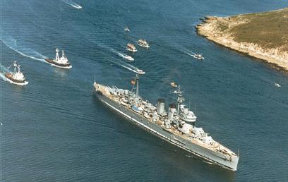 Foto del crucero Canarias entrando en Ferrol por última vez. Foto de la Revista General de Marina.