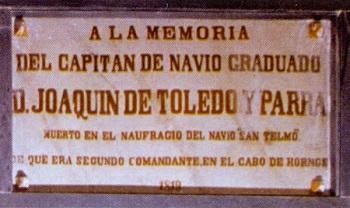 Placa en recuerdo de don Joaquín de Toledo y Parra. Capitán de navío graduado de la Real Armada Española. En el Panteón de Marinos Ilustres de San Fernando.Cortesía del Museo Naval. Madrid.